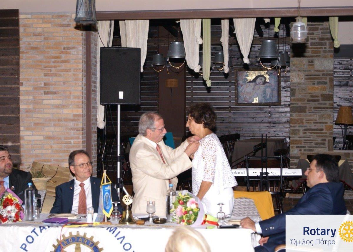 Ο απερχόμενος Πρόεδρος Θανάσης παραδίδει την Προεδρία στην Μαρία